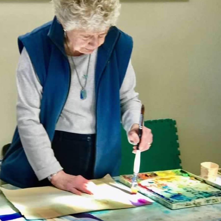 Caroline Buchanan demonstrating watercolor painting techniques